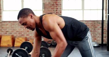 hombre en forma levantando pesas pesas negras video
