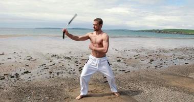 fit uomo a torso nudo che pratica arti marziali