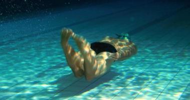 homme fit nager sous l & # 39; eau