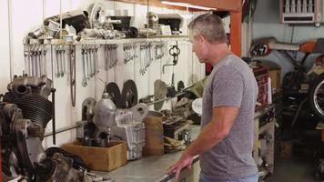Retrato de hombre y taller mecánico video