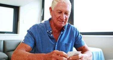 aposentado jogando cartas