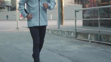 uomo che corre in avanti in ambiente urbano video
