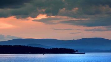 vista tranquila da ilha, barco das ilhas do pôr do sol no horizonte video