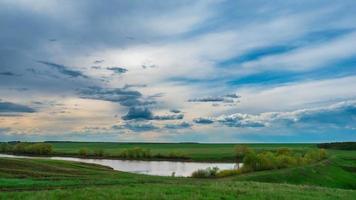 lapso de tempo paisagem nuvens sobre o lago bela vista da água recreação primavera verão maré natureza acorda nuvem branca pura se movendo rápido no céu vento bela imagem fundo lago árvores grama verde