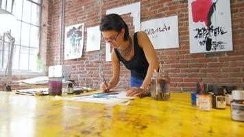 giovane artista che crea opere d'arte nel suo atelier video
