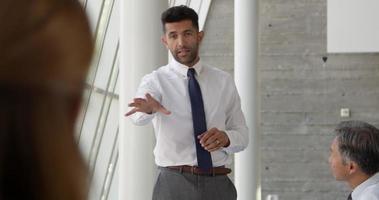Geschäftsmann führendes Treffen am Sitzungssaaltisch schoss auf r3d video