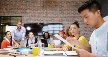 dirigenti aziendali che interagiscono tra loro durante la riunione