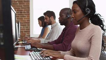 personal en escritorios en el departamento de servicio al cliente filmado en r3d