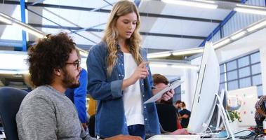 dirigenti aziendali che interagiscono durante l'utilizzo di tavoletta digitale