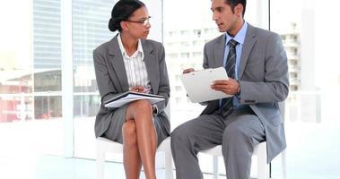due lavoratori di affari che parlano insieme video
