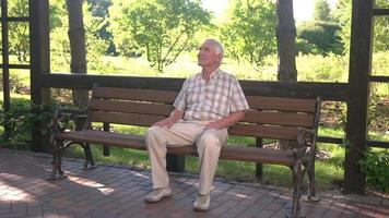 velho sentado no banco.