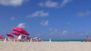 Estados Unidos verano día miami south beach sombrillas rosas panorama 4k