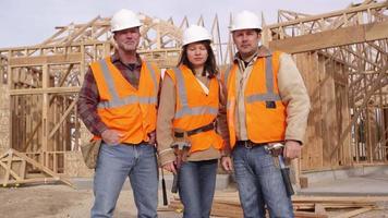 retrato de três trabalhadores da construção video