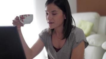 nettes Mädchen zu Hause von ihrem Laptop video