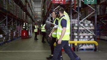 personale che cammina attraverso il magazzino con il manager, girato in r3d