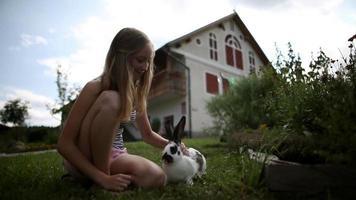 ampio hd: ragazza che accarezza il coniglio video