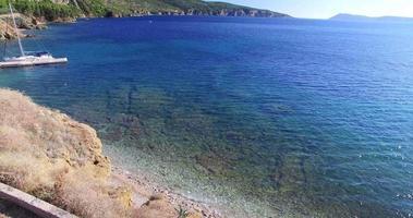 Luftrückansicht eines Mannes, der steht und dem Meer gegenübersteht, Kroatien
