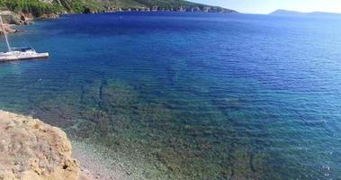 Vue aérienne de dos d'un homme debout et face à la mer, Croatie