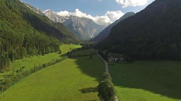 câmera voando de volta das montanhas video