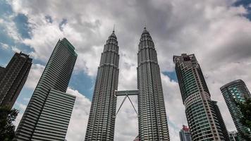 Vue panoramique sur les célèbres tours 4k time lapse de Kuala Lumpur video