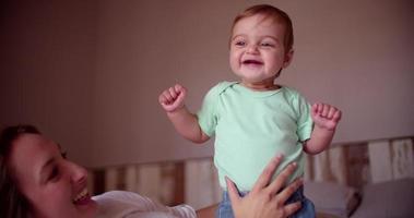 Baby Boy se une a su madre en casa video
