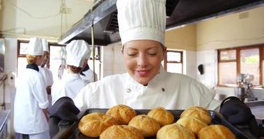 chef feminina segurando pão na bandeja de refrigeração video
