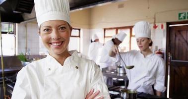 retrato de chef feminina sorrindo video