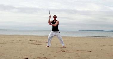 homem apto praticando artes marciais video