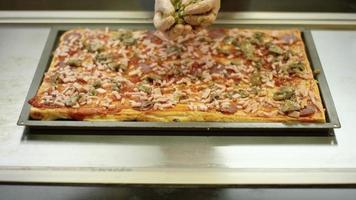 preparando uma pizza quadrada video