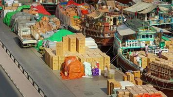 sonniger tag dubai deira frachthafen schiff parken 4k zeitraffer vereinigte arabische emirate