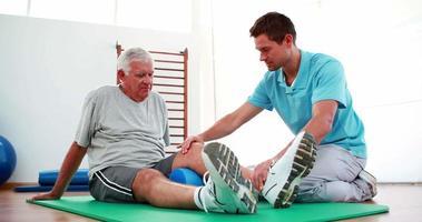 Physiotherapeut hilft dem Patienten bei seiner Kniemobilität video