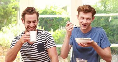 homossexual feliz tomando café da manhã video