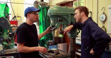 jovens mecânicos falando sobre trabalho video