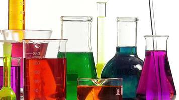 efervescência em vários frascos de várias cores video