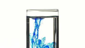 goccia di blu di metilene in acqua in una provetta