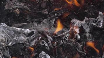 feu de déchets dans un tonneau en acier