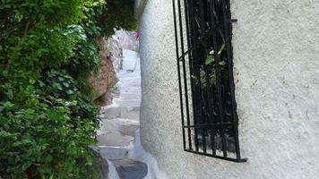 Hombre caminando por las estrechas calles de Plaka, Atenas, Grecia video