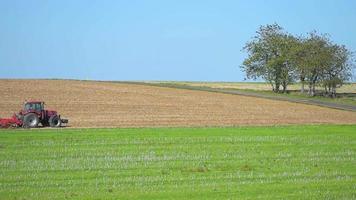 Vista del tractor arando el campo / Champaña-Ardenas, Francia, Europa