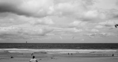 kitesurfisti in bianco e nero