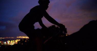 inquadratura ritagliata a basso angolo di un ciclista irriconoscibile in sella alla sua bicicletta video