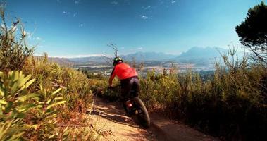 Mountainbiker, der auf einem Feldweg reitet
