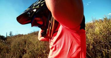 mountainbiker bril en helm opzetten video
