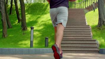 joven corriendo arriba en cámara lenta. joven corriendo escaleras en el parque