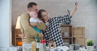 jovem família capturando o momento
