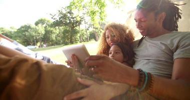 Familia multiétnica fotogénica disfrutando de la compañía del otro.