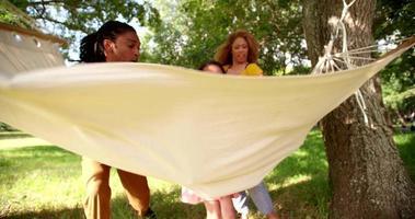 junge Familie genießt ein erholsames sonniges Wochenende zusammen