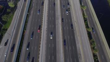 video aéreo de una carretera con carriles hov