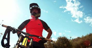 mountainbiker pauze op cross country off-road trail video