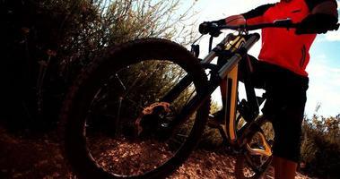 Mountainbike mit Fahrer auf einem Trail in der Natur