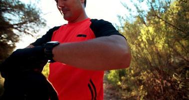 Mountainbiker ziehen Handschuhe an